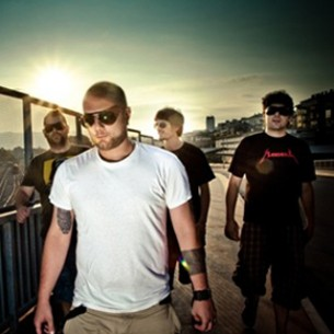 Riječki rock band Mandrili u suradnji s Društvom arhitekata Rijeke objavio je natječaj za likovno rješenje omota njihovog novog albuma. Natječaj je otvoren za sve punoljetne dizajnere, umjetnike i arhitekte – profesionalce i studente.